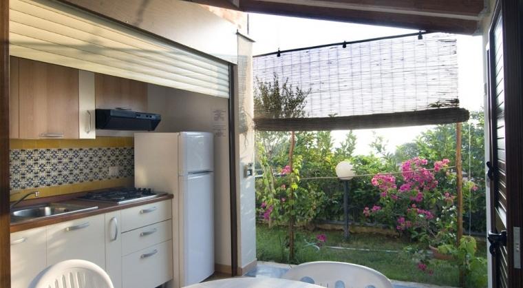 TurismoInCilento.it - B&B,Casevacanze,Hotel - Vigna del Mare - 5207 Residence Palinuro Cilento Vigna del Mare casetta bilocale interno cucina pranzo vista giardino