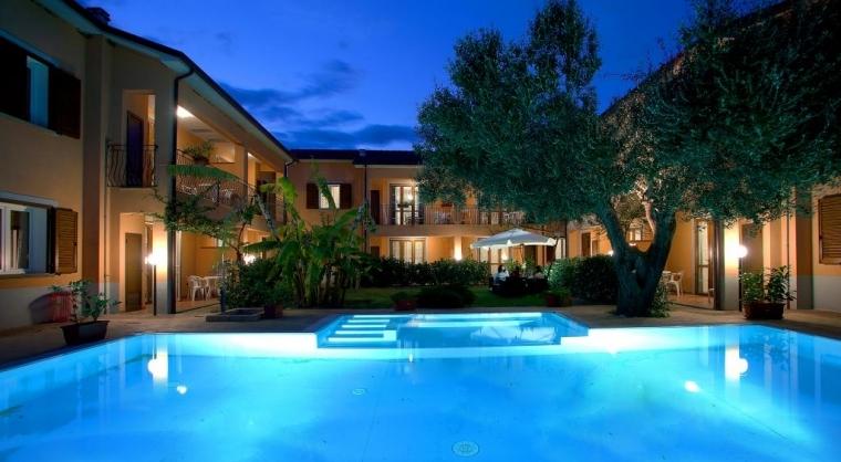 TurismoInCilento.it - B&B,Casevacanze,Hotel - Residence Villa Andrea - Marina di Camerota - Panoramica notturna della piscina e del Residence